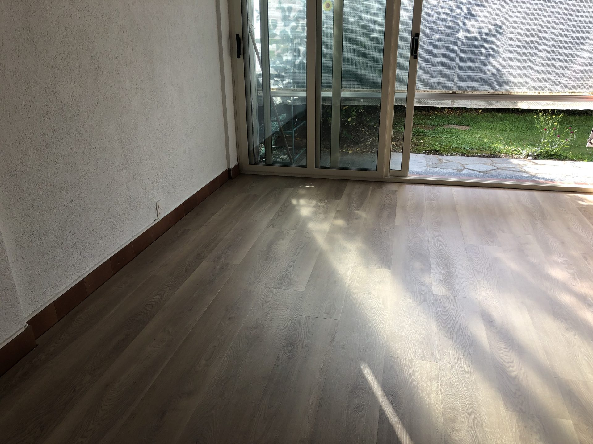 Dettaglio pavimento vinilico effetto legno