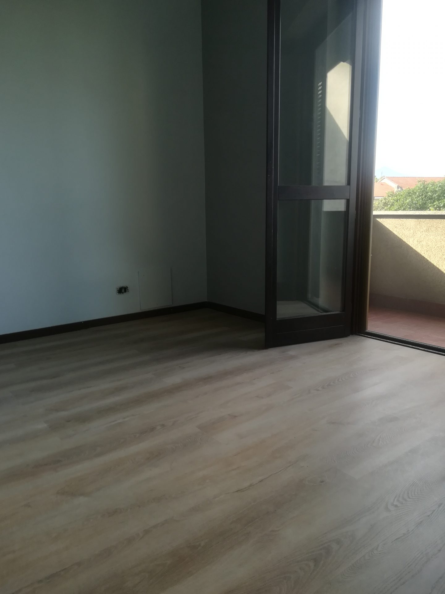 Dettaglio sala con pavimento vinilico
