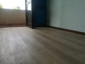 Dettaglio camera con pavimento vinilico